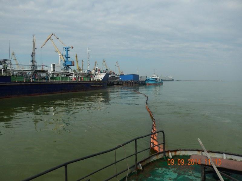 Операция по ликвидации разлива нефтепродуктов на акватории порта Ейск