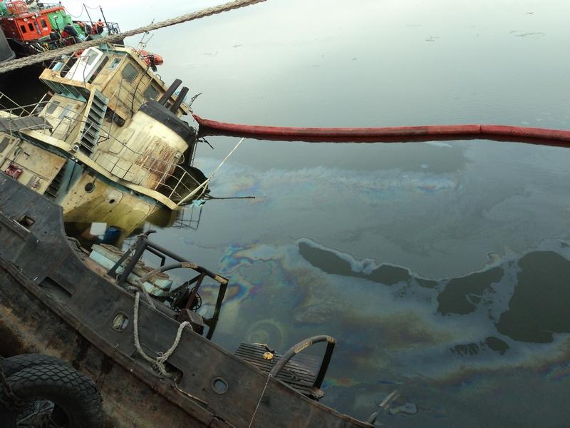 Операция по ликвидации разлива нефтепродуктов в морском порту Астрахань