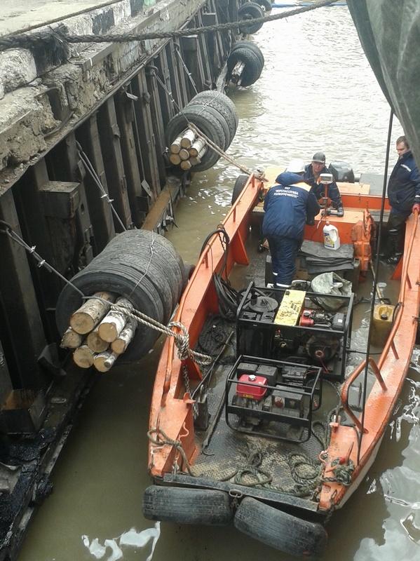 Операция по ликвидации загрязнения нефтепродуктами в акватории Большого порта Санкт-Петербург