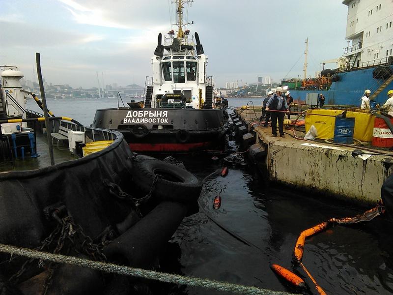 Операция по ликвидации загрязнения нефтепродуктами в акватории порта Владивосток