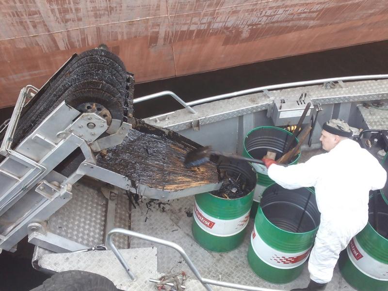 Операция по ликвидации загрязнения нефтепродуктами в акватории Большого порта Санкт-Петербург.
