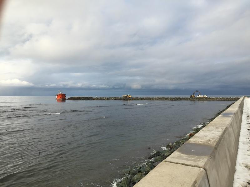 Продолжаются работы по ликвидации разлива нефтепродуктов с т/к «Надежда» на акватории п. Невельск.