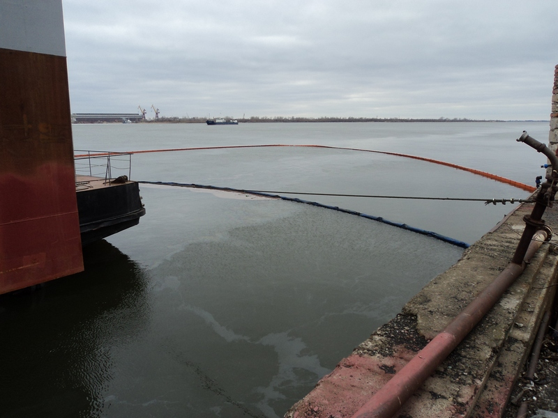 Операция по ликвидации загрязнения нефтепродуктами в порту Астрахань.