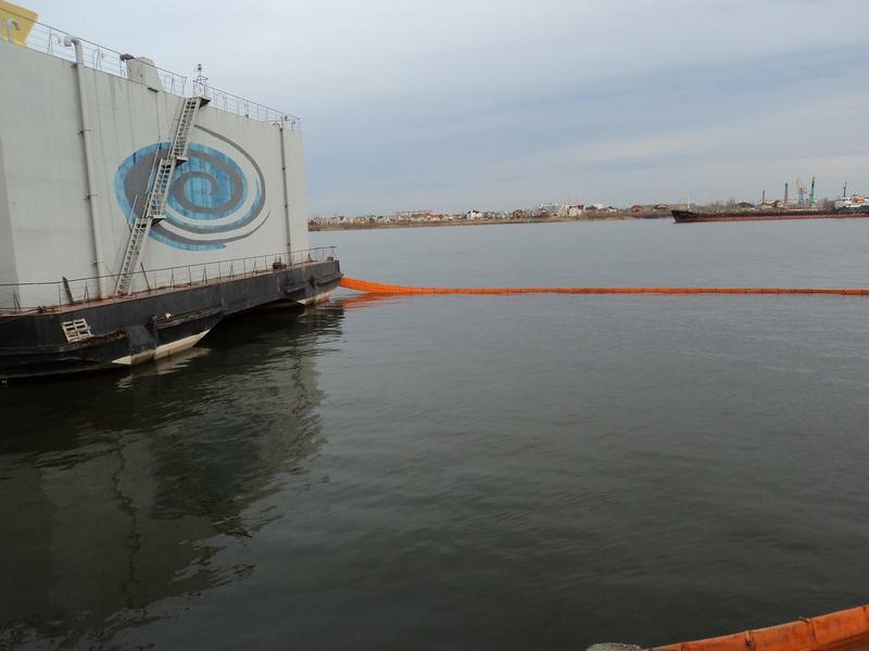 Операция по ликвидации загрязнения нефтепродуктами в порту Астрахань