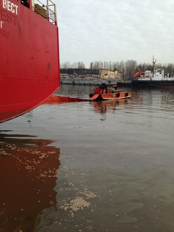 На акватории порта «Большой порт Санкт-Петербург» ведутся работы по ликвидации разлива дизельного топлива