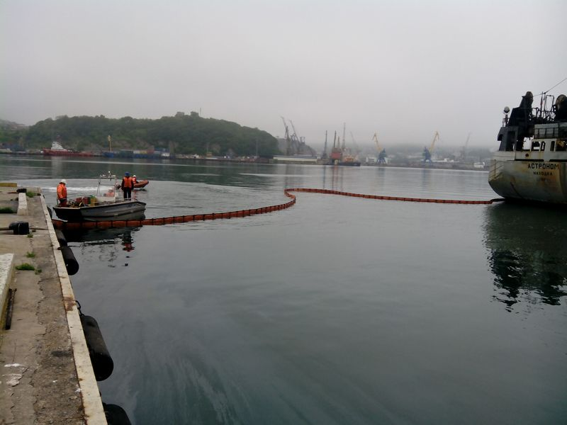 Операция по ликвидации загрязнения нефтепродуктами в порту Находка.