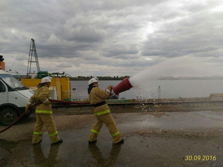 Специалисты Каспийского филиала прошли обучение по программе «Ведение аварийно-спасательных работ, связанных с тушением пожаров на аварийных судах (объектах) в море»
