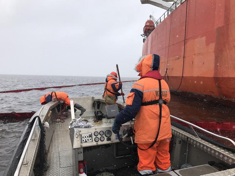 В морском порту Усть-Луга обнаружено загрязнение акватории нефтепродуктами