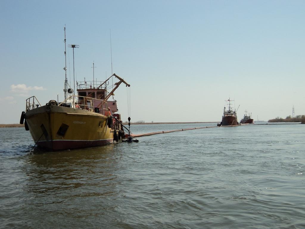 Ликвидация аварийных разливов нефтепродуктов происшедших на акваториях морских портов Астрахань и Оля