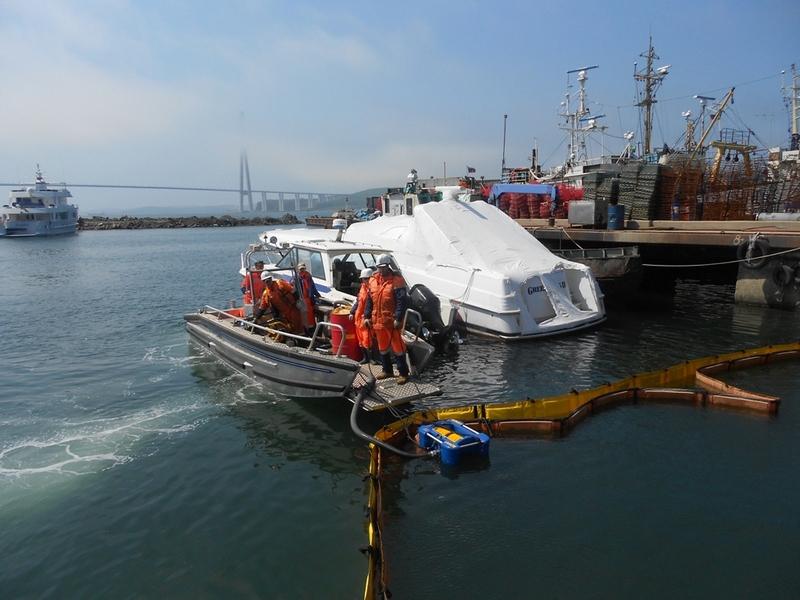 На акватории морского порта Владивосток было проведено совместное комплексное учение  по ликвидации чрезвычайной ситуации, связанной с разливом нефтепродуктов