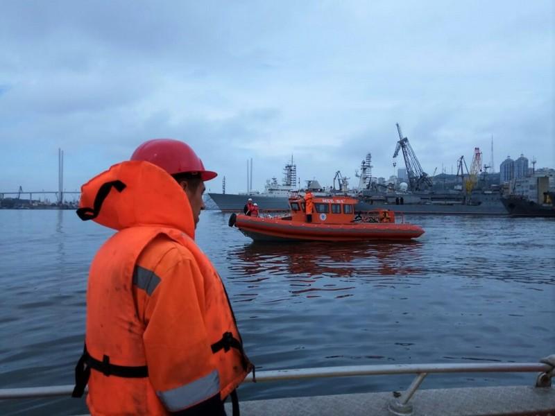 Ликвидация загрязнения в районе причала №46 на акватории порта Владивосток