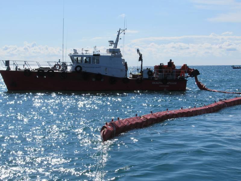 На акватории морского порта Туапсе проведено учение по ликвидации аварийных разливов нефти