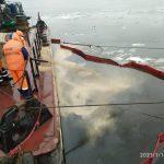 Спасатели Морспасслужбы ликвидировали аварийный разлив нефтепродуктов в порту Оля