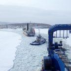 «Берингов пролив» продолжает ледовые проводки в Советской гавани